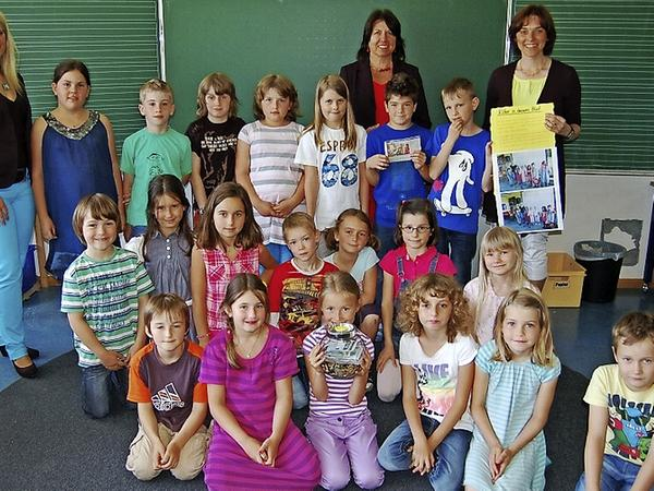 Die Kinder der Klasse 2c der Erich-Kästner-Schule in Postbauer-Heng überreichten 1000 Euro für die Typisierungsaktion der siebenjährigen Lisa aus Dürn bei Breitenbrunn.