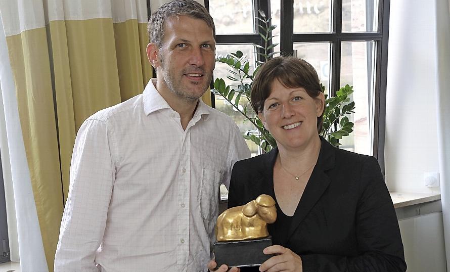 Susanne Horn von der Neumarkter Lammsbräu gratuliert Roland Brücher von Bluepingu zum Nachhaltigkeits-Preis.