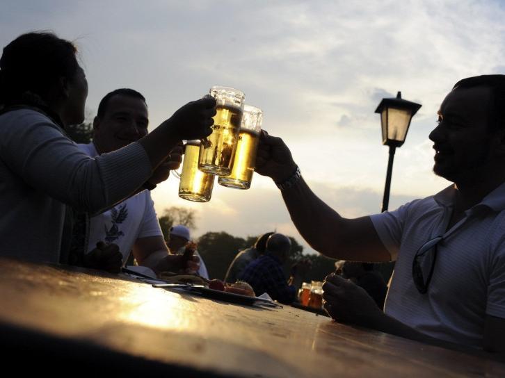 Wenn der Sommertag langsam abkühlt eignet sich der laue Abend perfekt dafür, ihn in einem schattigen Biergarten zu verbringen. Sehen Sie sich dazu auch unsere Biergarten-Tipps an: https://bit.ly/3fFmG3C