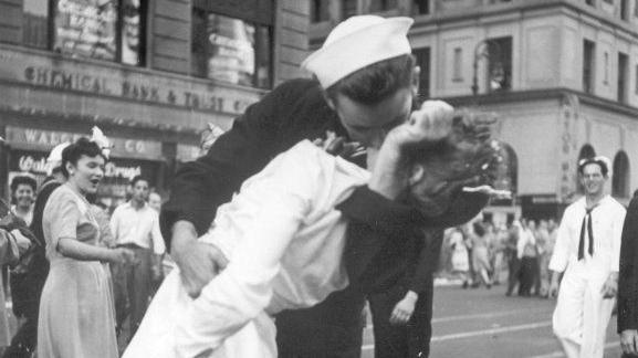 Ein Sinnbild des Friedens und der Freude: Am 14. August 1945 küssen sich bei einer Siegesfeier zum Ende des Zweiten Weltkriegs ein amerikanischer Marinesoldat und eine Krankenschwester leidenschaftlich am Time Square in New York.
