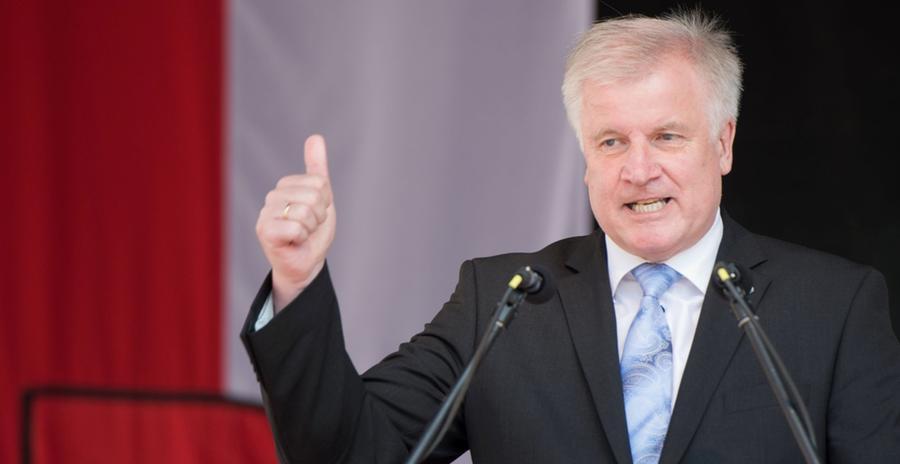 Für einen Paukenschlag sorgte Ende April 2017 Horst Seehofer. Der bayerische Ministerpräsident hatte genug vom jahrelangen Hin und Her, er machte die Standortsuche zur Chefsache. Seehofers Eingreifen wurde zum einen als Reaktion auf die bislang nicht zielführenden, mehr als zweijährigen Verhandlungen seiner Minister verstanden. Zudem stellte er sich damit einmal mehr gegen den damaligen Finanzminister und parteiinternen Konkurrenten Markus Söder, der sich stets vehement für einen Teilumzug nach Nürnberg ausgesprochen und schon frühzeitig den Kauf des AEG-Geländes als sicher präsentiert hatte.