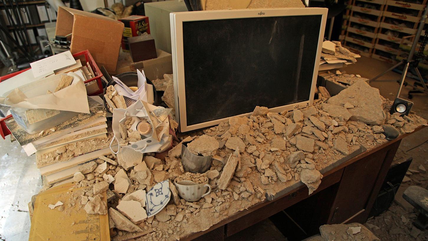 In der Kochstraße sind  mehr als vier Quadratmeter Deckenputz herabgefallen und haben die Arbeitsplätze von Beschäftigten der Klassischen Archäologie verschüttet.