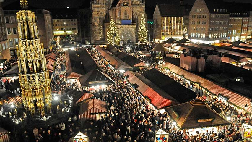 Die Budengassen sind mit Menschen gefüllt. Gleich wird der Christkindlesmarkt 2008 eröffnet. Seit 1973 findet die Zeremonie jedes Jahr am Freitag vor dem ersten Advent statt, vorher begann der Markt immer erst am 4. Dezember, dem Barbaratag.