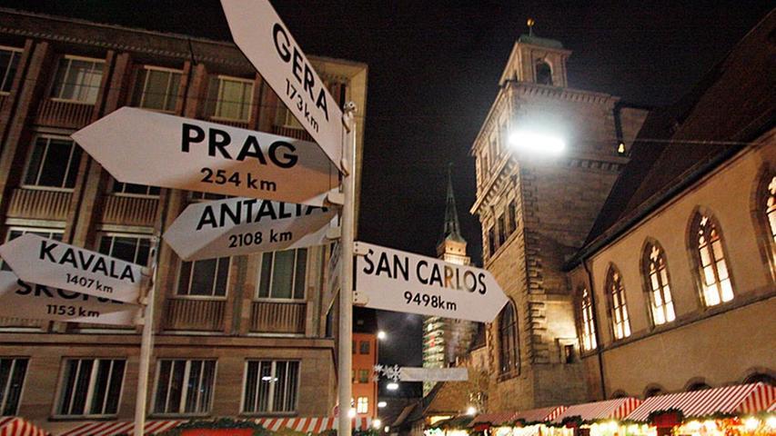 Zuwachs für den Chriskindlesmarkt: Seit 1985 sind auch Nürnbergs Partnerstädte wie Prag, Gera, das rumänische Brasov oder das mazedonische Skopje in der Weihnachtszeit auf dem Markt der Partnerstädte mit einem Stand vertreten.