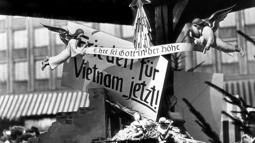 1969 wurde die Krippe am Christkindlesmarkt von einem Demonstranten als Halterung für ein Plakat gegen den Vietnamkrieg zweckentfremdet.
