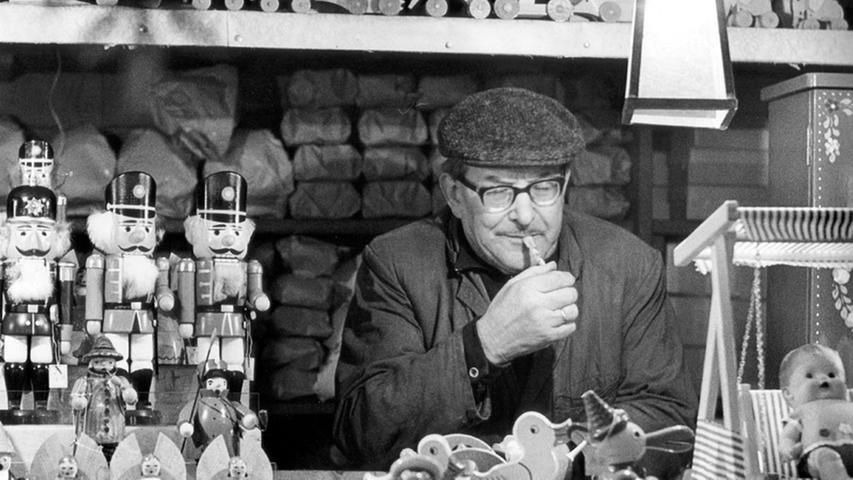 Spielzeug, Nussknacker und Räuchermännchen so weit das Auge reicht an einem Stand im Jahr 1968. Weitere typische Christkindlesmarkt-Produkte sind die Zwetschgenmännla. Diese wurden erstmals 1790 im Wörterbuch von Georg Andreas Will erwähnt.