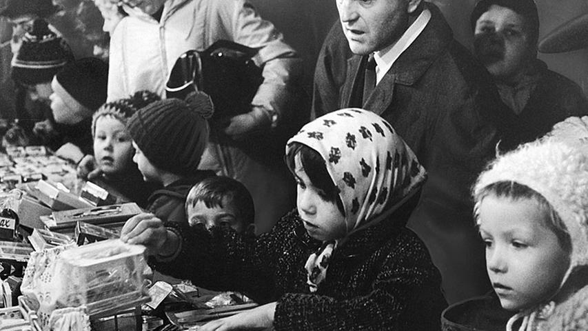 Auch 1966 glänzten die Kinderaugen am Spielzeugstand. In diesem Jahr änderte der Dramaturg Friedrich Bröger den Prolog des Christkindes zum bislang letzten Mal ab.