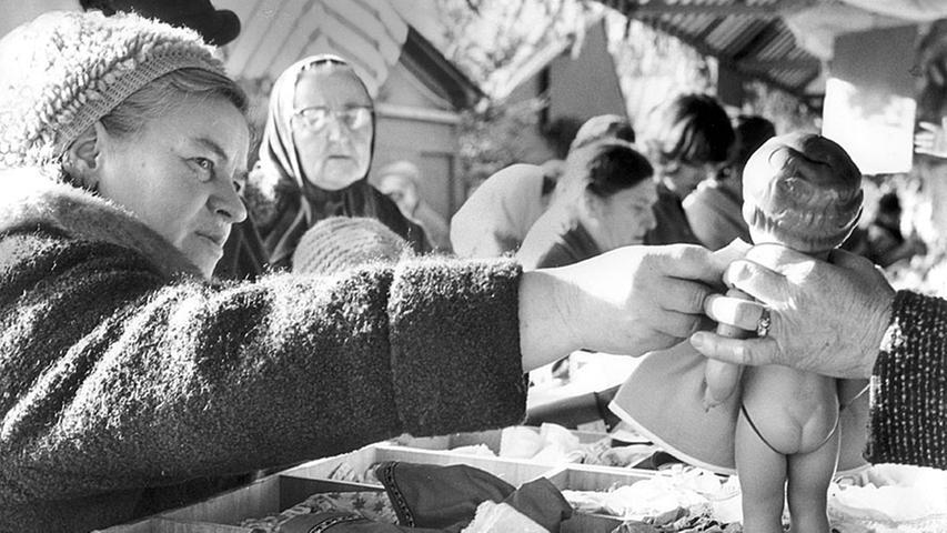 Puppeneinkauf für die Bescherung unter dem Weihnachtsbaum 1964. In diesem Jahr vertrat das erste Nachkriegs-Christkind Sofie Keeser noch einmal ihre Nachfolgerin Irene Brunner, die seit 1961 den Markt mit dem Prolog eröffnet hatte. Brunner konnte ihr Amt nicht wahrnehmen, da sie im November Mutter geworden war.