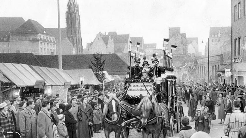 Die Postkutsche im Jahr 1956: Seit 1950 fährt ein historischer Kutschennachbau von 1939 Kinder und Erwachsene vom Christkindlesmarkt aus durch die weihnachtlichen Straßen der Nürnberger Altstadt. Als Vorlage diente eine Kutsche von 1874.