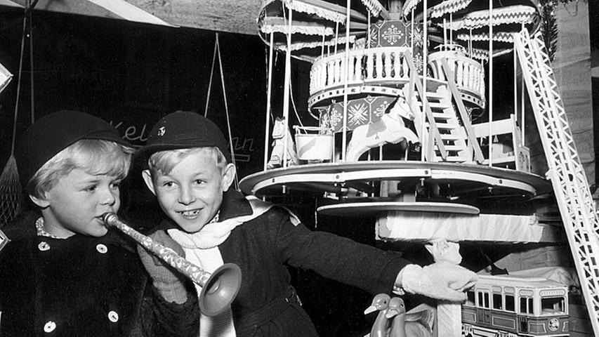 Dieses Bild aus dem Jahr 1951 zeigt begeisterte Kinder an einem Spielzeugstand. Das Wirtschaftswunder kam auch dem Christkindlesmarkt zugute, der mit den Jahren immer größer wurde.