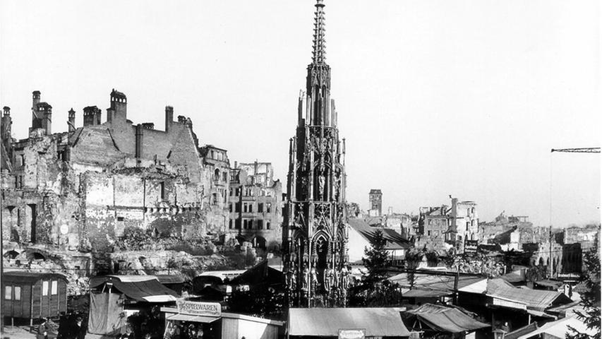 Ein bisschen Weihnachtsfreude inmitten einer Trümmerlandschaft: Der erste Christkindlesmarkt nach dem Krieg wurde 1948 eröffnet. Als erstes Christkind der Nachkriegszeit sprach die Schauspielerin Sofie Keeser den Prolog.