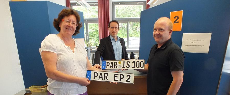 Zufriedenheit in Parsberg: Reinhold Vögerl und Paula Eglmaier holtensich 2013 ihr Wunschkennzeichen PAR.PAR-IS und PAR-TY sind seitdem beliebte Kennzeichenkombinationen, die seit der Einführung des Parsberger Altkennzeichens imLandkreis Neumarktzu finden sind. Ein Fahrer beantragte in Neumarkt gleich zu Beginn das Kennzeichen PAR-IS 2013, weil er noch im selben Jahr zur Tour de France fahren wollte.