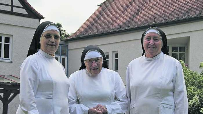 Sie sehen ihrem Abschied mit einem lachenden und einem weinenden Auge entgegen: Schwester Magdalenis, Schwester Terenta und Schwester Elise (von links).