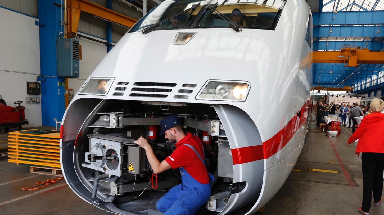 Letzte Kontrolle vor der Abfahrt nach Berlin: Mit dem 43. ICE 2 endete gestern offiziell das Modernisierungsprogramm für die Schnellzug-Flotte der zweiten Generation. Der nächste Auftrag für das Nürnberger Werk wartet schon.
