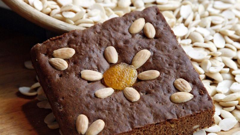 Lebkuchen waren schon bei den alten Ägyptern beliebt. Kleine honiggesüßte Kuchen wurden den Verstorbenen mit ins Grab gelegt. Die Römer kannten den panis mellitus - kleine Küchlein, die vor dem Backen mit Honig bestrichen wurden. Solche Kuchen wurden damals allerdings nicht nur zur Weihnachtszeit gegessen, sondern ganzjährig.