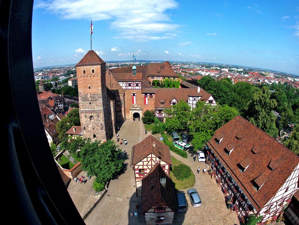 Der Blick vom Sinwellturm zeigt die Burg in frischem Glanz.