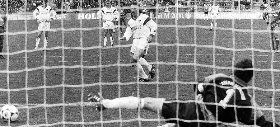 Der bis heute letzte Ausflug nach München, der wirklich Spaß gemacht hat: 1992 siegten Doppelpacker Sergio Zarate und seine Freunde 3:1 im Olympiastadion. Schlagzeilen schrieb der Club in dieser Zeit immer häufiger neben dem Platz. Schiedsrichteraffäre, Steuerhinterziehung - der Club war eine Skandalnudel. Schatzmeister Ingo Böbel landete sogar im Gefängnis.