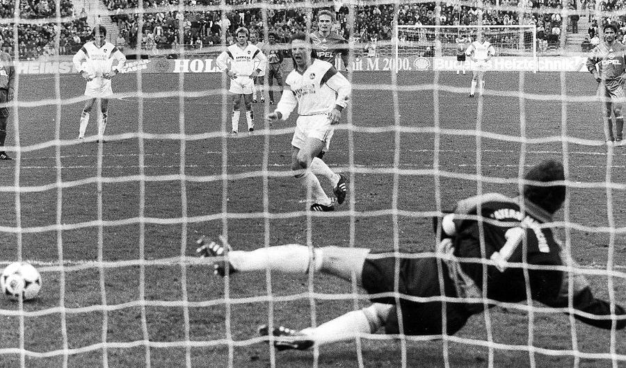 Der letzte Ausflug nach München, der wirklich Spaß gemacht hat: Sergio Zarate behält beim 3:1-Erfolg Ende März 1992 vom Elfmeterpunkt aus gegen Raimond Aumann die Oberhand. Zuvor hatte der für Eckstein eingewechselte Christian Wück die Bayern-Führung egalisiert. Kurz vor Abpfiff machte die argentinische