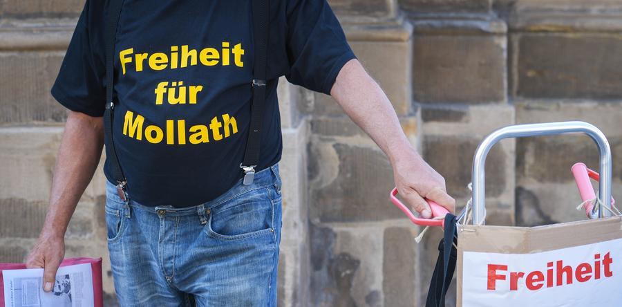 Am 16. Juli erringt Gustl Mollath einen Teilerfolg. Das Oberlandesgericht (OLG) Bamberg hebt  einen Beschluss des Landgerichts Bayreuth vom 10. Juni auf, der die Fortdauer der psychiatrischen Unterbringung Mollaths angeordnet hatte, und verlangt ein weiteres Gutachten. Vor dem Justizgebäude demonstriert ein Mann seine Unterstützung für Mollath.