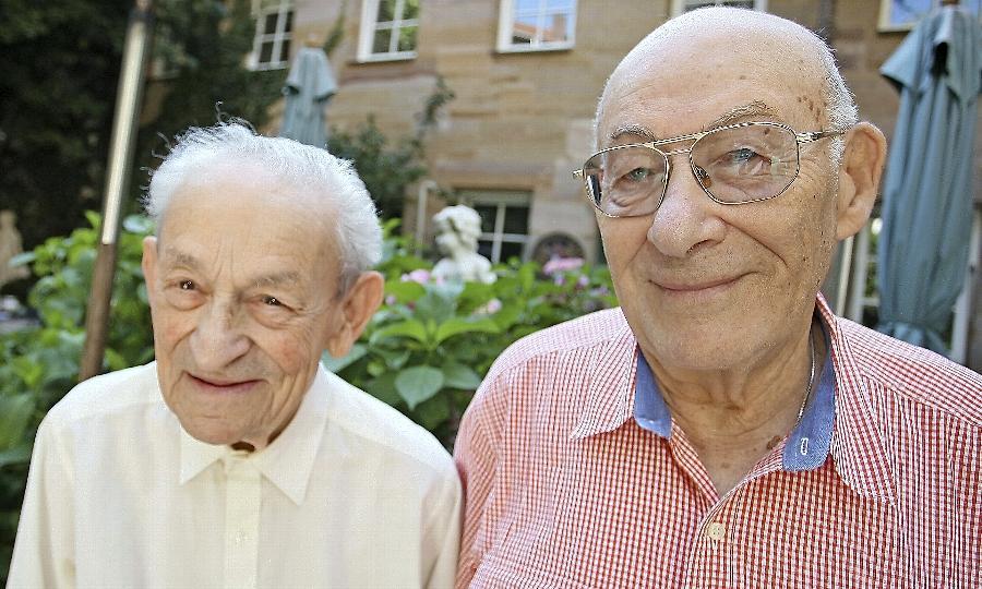 Vor Jahrzehnten besuchten sie gemeinsam die Schule in Fürth, nun sind sie für wenige Tage in ihre Heimatstadt zurückgekehrt: Frank Harris (li.) und Willie Glaser. Harris wird heute mit dem Goldenen Kleeblatt geehrt.