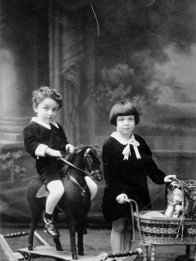 Frank Harris, damals hieß er noch Franz Siegmund Heß, und seine Schwester Bella 1926/1927.