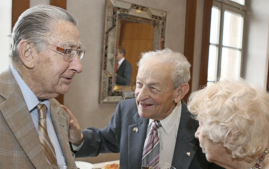 Frank Harris (Mitte) und seine Ehefrau Beri im Gespräch mit Freund und Gratulant Arno Hamburger, dem Vorsitzenden der Israelitischen Kultusgemeinde in Nürnberg.