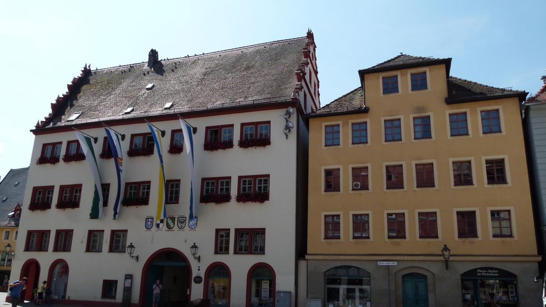 Rathaus (links) und Schrammhaus (rechts):