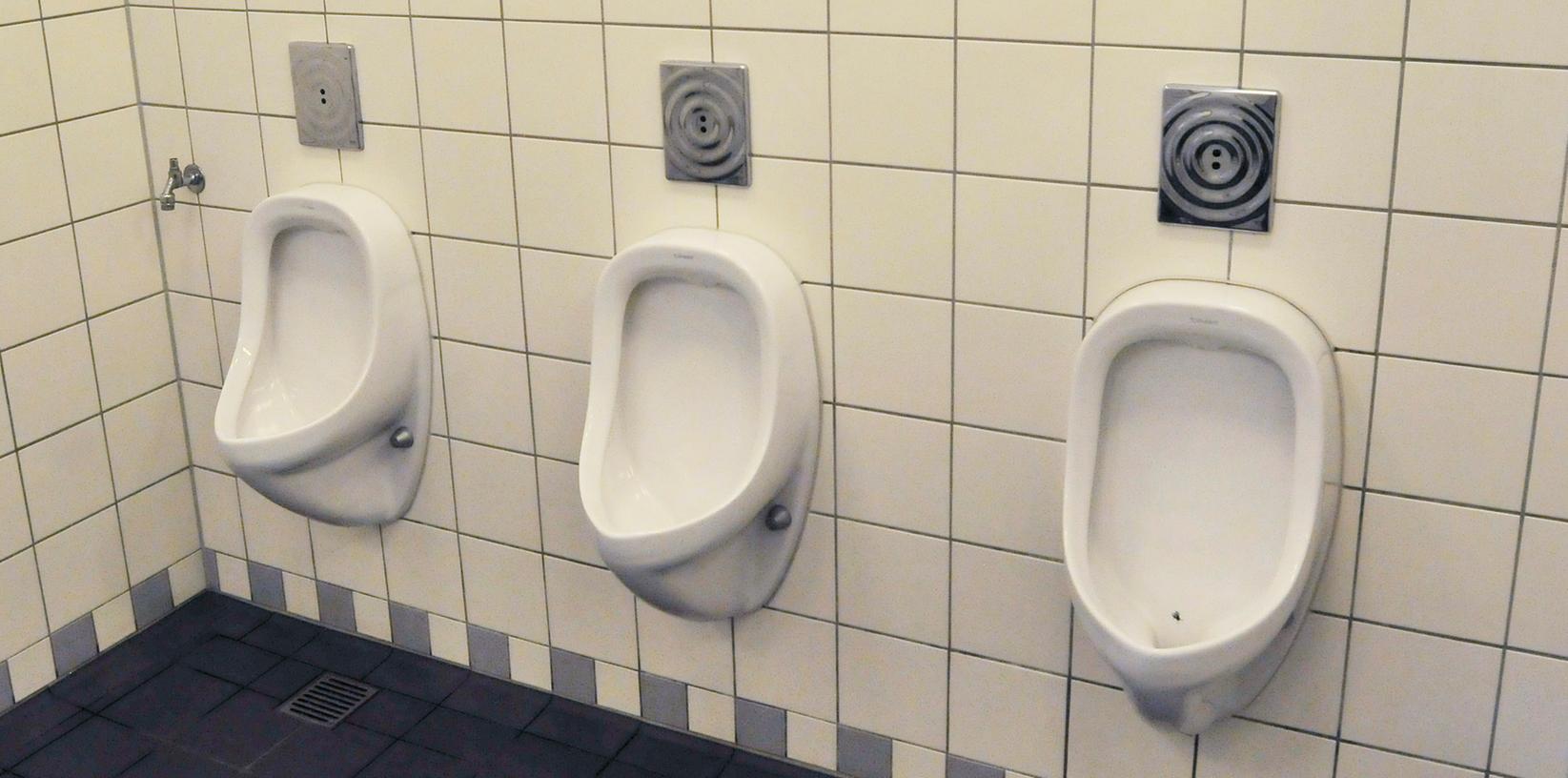Immer häufiger werden öffentliche Toiletten auch zum Übernachten genutzt. Dem will die Stadt nun Einhalt gebieten.
