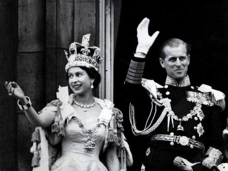 Königin Elizabeth II. und Prinz Philip winken nach der Krönungszeremonie am 2. Juni 1953 vom Balkon des Buckingham Palasts.