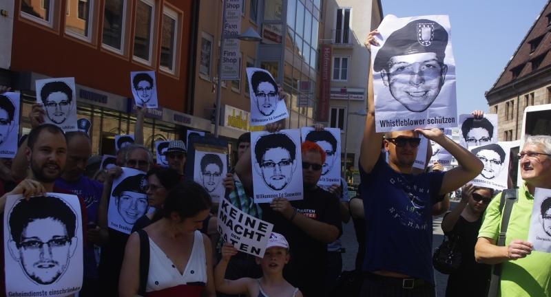 ...Fotos des Ex-NSA-Mitarbeiters Edward Snowden hoch.