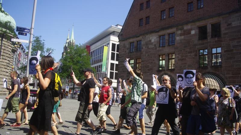 Samstag, Punkt 12 Uhr, Hallplatz Nürnberg: Einige Hundert Menschen hoben beim ersten Glockenschlag der Lorenzkirche...
