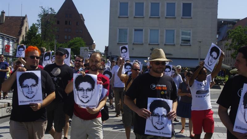 Nach drei Minuten Schweigen zogen sie zur Straße der Menschenrechte,...