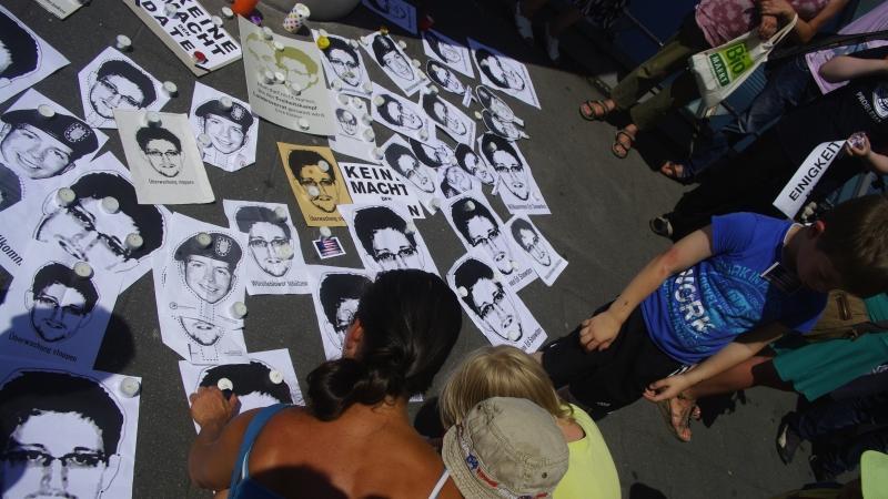 Dann legten die Menschen - von Jung bis Alt war alles dabei - ihre Snowdenbilder auf den Boden und stellten Kerzen dazu.