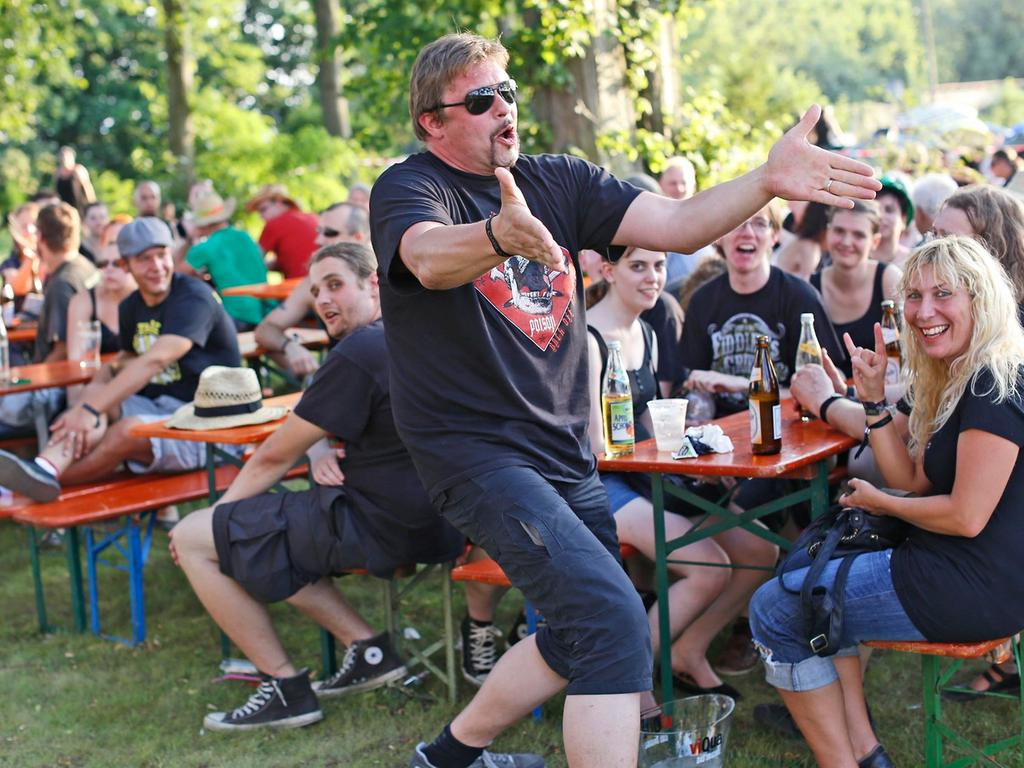 RESSORT: Forchheim B1 Lokales Feuilleton..FOTO: HvD..MOTIV: Das Folk-Festival  Shamrock Castle auf Schloss Jägersburg in Bammersdorf, Publikum, 27. Juli 2013