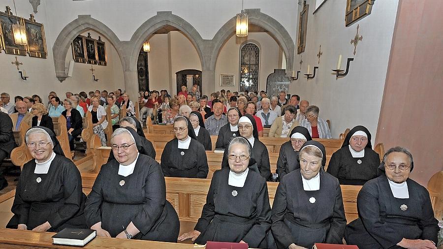 In der Kirche des Liebfrauenhauses wurde gestern ein Abschiedsgottesdienst für die Schwestern gefeiert. Nur noch vier sind aktiv, doch zum offiziellen Abschied war eine Reihe von Schwestern extra aus Mallersdorf angereist. Der Orden war über 100 Jahre in Herzogenaurach tätig.