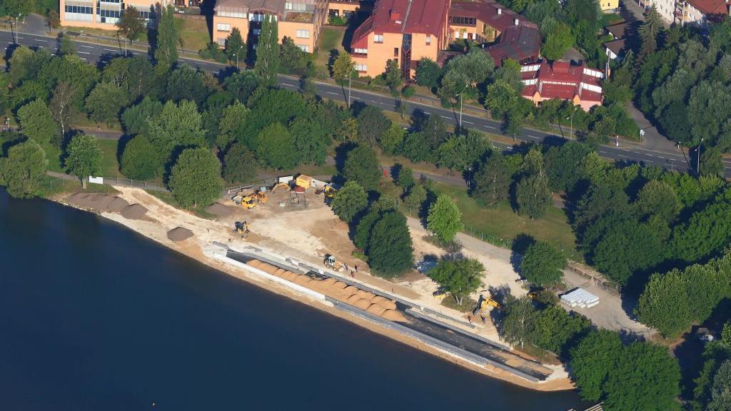 Noch sind hier die Bagger unterwegs. Am kommenden Samstag soll der neue Sandstrand am Wöhrder See eröffnet werden.