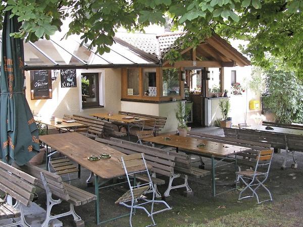 Die Wirtsstube und der Biergarten (Bild) des Gasthauses der Familie Seitz in der Dorfmitte von Bernheck gefielen der Kommission besonders. Hervorgehoben wurden die Schatten spendenden alten Bäume.