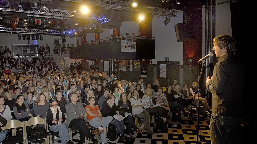Spannung am Vormittag: Jan Siegert (rechts) eröffnet im E-Werk-Saal den Poetry-Slam der Schulen.