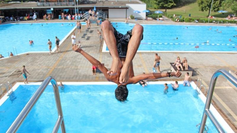 Das Heidecker Freibad verfügt über ein Schwimmerbecken, ein Nichtschwimmerbecken, ein Kinderplanschbecken und ein Sprungbecken. Insgesamt hat es eine Wasserfläche von 1000 Quadratmetern. Weitere Informationen und das System zur Ticketbuchung finden Sie hier.