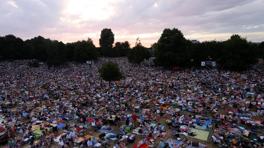 M wie musikalisch: Bei der klassischen Musik der Staatsphilharmonie oder den Nürnberger Symphonikern zusammen mit Freunden picknicken und unter freiem Himmel den Sonnenuntergang genießen - und das alles völlig umsonst! Das Klassik Open Air im Luitpoldhain zieht jährlich Tausende Besucher an und löst immer wieder Begeisterung aus.