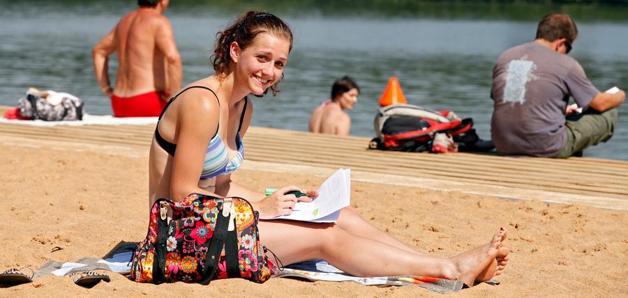 Bikini und Badehose erobern den Strand am Wöhrder See