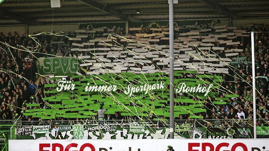 Tausendfache Willensbekundung: Oft zeigten die Fans auf der Nordtribüne, wie wichtig ihnen der Verbleib am Laubenweg und die Tradition der Spielvereinigung ist. Eine Initiative setzte sich seit August 2013 auch dafür ein, dem Stadion wieder seinen ursprünglichen Namen zu geben.