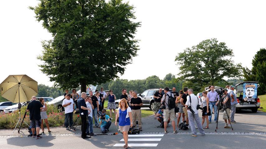 Zahlreiche Journalisten warteten vor dem Gelände des Bezirkskrankenhauses darauf, dass Mollath das Gebäude verlässt.