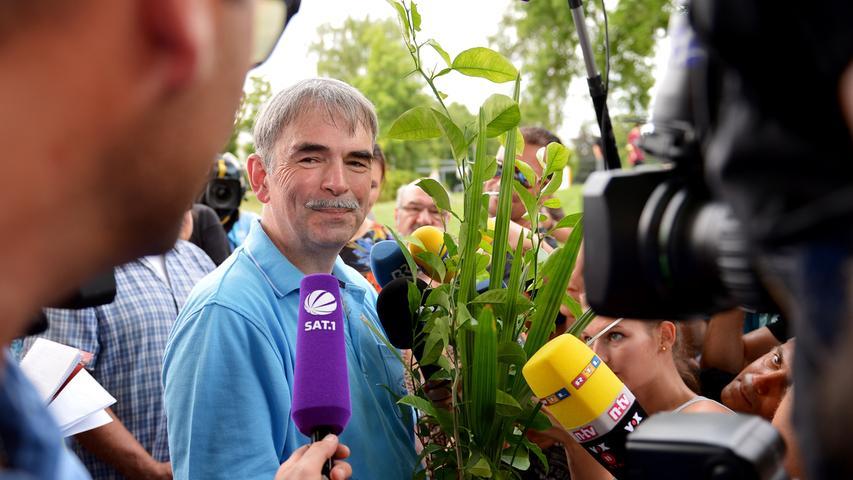 Am Ende jedoch hatte es sich gelohnt, und Gustl Mollath trat vor die Mikrofone der Journalisten.