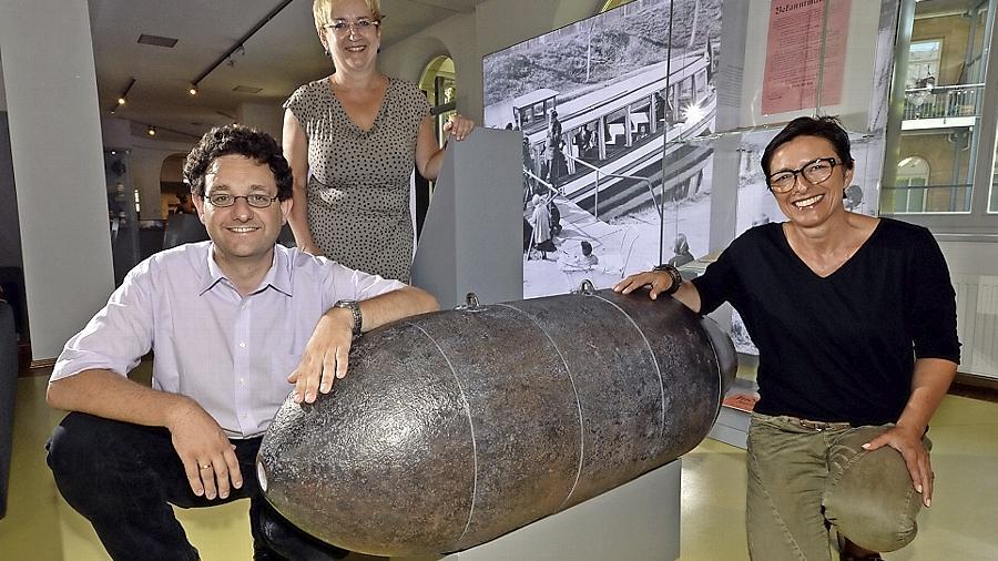 Fund aus finsteren Zeiten: Die neu ausgestellte Bombe mit Museumsleiter Martin Schramm, Museumspflegerin Birgit Arnold (Mitte) und Fördervereins-Chefin Maria Ludwig.