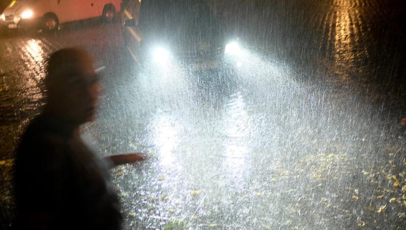 In der Nacht zum Montag wird mit teils schweren Gewittern gerechnet.