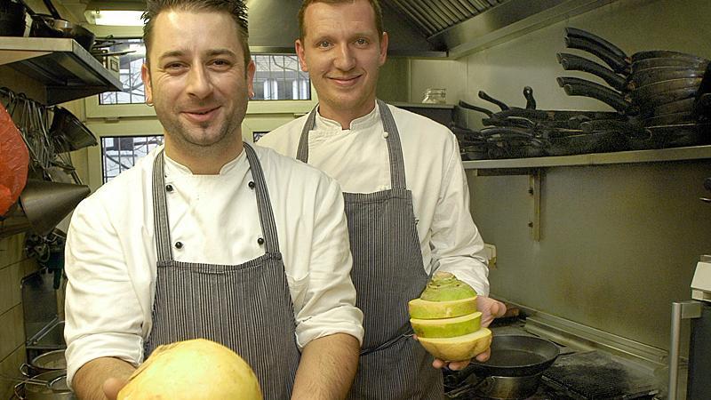 Yves Ollech (links) und Chefkoch Andree Köthe zaubern kulinarisch mit Steckrüben.