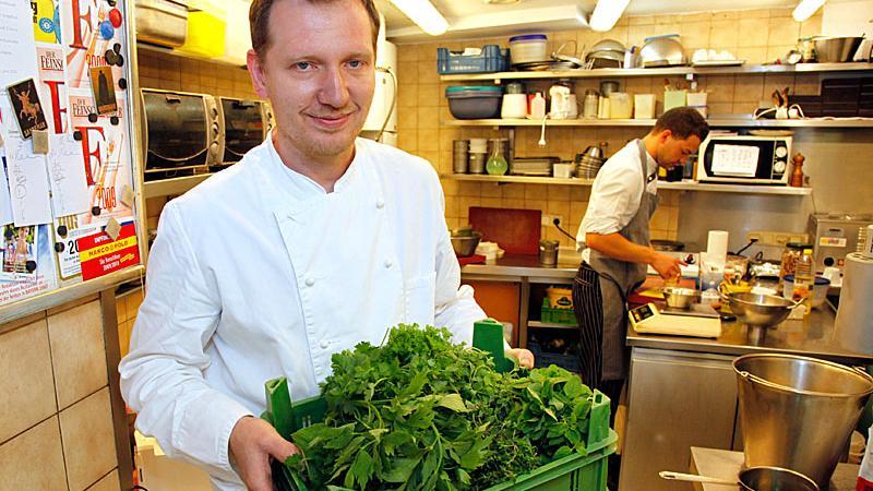 """Andrée Köthe, Chef des Restaurants """"Essigbrätlein"""", wird mit seinem Partner Yves Ollech auch im neuen Michelin-Gastronomieführer für 2011 mit zwei von drei möglichen Sternen ausgezeichnet."""