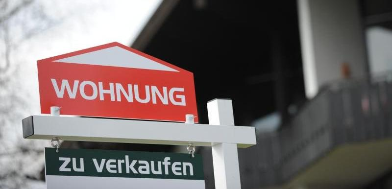 Kann ein Asylbewerber eine eigene Wohnung beziehen? Während des laufenden Asylverfahrens kann grundsätzlich keine eigene Wohnung bezogen werden. Die Asylbewerber wohnen in Gemeinschaftsunterkünften oder in kleineren angemieteten Wohnungen oder Pensionen. In Bayern sollen Flüchtlinge vorrangig in Gemeinschaftsunterkünften untergebracht werden. Dort stehen jedem Asylbewerber sieben Quadratmeter Wohn- und Schlaffläche zur Verfügung.