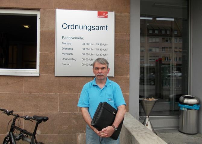 Ein ernster Blick vor dem Ordnungsamt. Gustl Mollaths Vertrauen in die bayerischen Behörden ist angeschlagen, nachdem er...